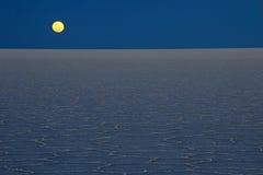 Ανατολή του φεγγαριού Salar de Uyuni, αλατισμένη λίμνη, Βολιβία Στοκ φωτογραφίες με δικαίωμα ελεύθερης χρήσης