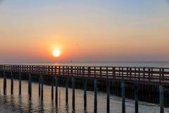 Ανατολή το πρωί με την ξύλινη άποψη γεφυρών στη θάλασσα στη Μπανγκόκ Ταϊλάνδη Στοκ φωτογραφία με δικαίωμα ελεύθερης χρήσης