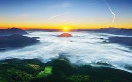 Ανατολή Aramaio στην κοιλάδα με την ομίχλη πρωινού Στοκ Εικόνες