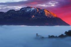 Ανατολή Aramaio στην κοιλάδα με το βουνό Udalaitz Στοκ Φωτογραφία