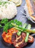 Ανατολικά σούσια και λαχανικά πιάτων, ψάρια και τηγανισμένα μανιτάρια. στοκ φωτογραφία με δικαίωμα ελεύθερης χρήσης