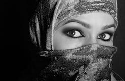 Ανατολική γυναίκα ματιών κινηματογραφήσεων σε πρώτο πλάνο όμορφη μυστήρια που φορά ένα hijab μαύρο λευκό Στοκ εικόνα με δικαίωμα ελεύθερης χρήσης