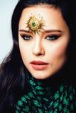 Ανατολική πραγματική μουσουλμανική γυναίκα ομορφιάς με στενό επάνω κοσμήματος, WI νυφών Στοκ Εικόνες
