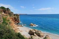 Ανατολικοί απότομοι βράχοι στην παραλία Konyaalti σε Antalya με τη θάλασσα Mediterranian Στοκ φωτογραφία με δικαίωμα ελεύθερης χρήσης