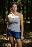 Ανατολικο-ευρωπαϊκό κορίτσι σε έναν τομέα κοντά στο δάσος Στοκ εικόνα με δικαίωμα ελεύθερης χρήσης