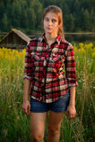 Ανατολικο-ευρωπαϊκό κορίτσι σε έναν τομέα κοντά στο δάσος Στοκ Εικόνα