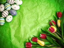 Ανατολικό αυγό, τουλίπες σε πράσινο τσαλακωμένο τυλίγοντας χαρτί Στοκ εικόνες με δικαίωμα ελεύθερης χρήσης