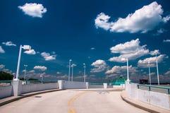 Ανατρέχοντας μια κεκλιμένη ράμπα γκαράζ χώρων στάθμευσης, κάτω από έναν μπλε θερινό ουρανό στη ρυμούλκηση Στοκ Εικόνα