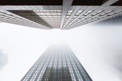 Ανατρέχοντας δύο skyscapers πολυόροφων κτιρίων στο Τορόντο, Καναδάς Στοκ Εικόνες