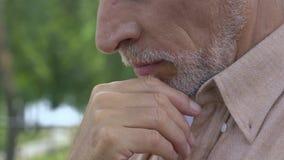 Ανατρέψτε την παλαιά συνεδρίαση ατόμων μόνο στον πάγκο και σκέψη για τη ζωή, σχετικά με το πρόσωπό του φιλμ μικρού μήκους