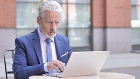 Ανατρέψτε τον παλαιό επιχειρηματία που αντιδρά στην απώλεια στο lap-top, υπαίθριο απόθεμα βίντεο