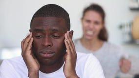 Ανατρέψτε το αφρικανικό άτομο που κουράζεται του επιχειρήματος αγνοείη την καυκάσια σύζυγο φιλμ μικρού μήκους