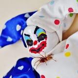 Ανατριχιαστική κούκλα κλόουν με το φίλο αραχνών στοκ εικόνες