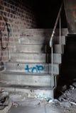 Ανατριχιαστική σκάλα στην εγκαταλειμμένη αποθήκη εμπορευμάτων Στοκ εικόνα με δικαίωμα ελεύθερης χρήσης