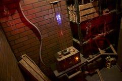 Ανατριχιαστικοί σπινθήρας και Sizzle μηχανημάτων στο συχνασμένο σπίτι Madman& x27 μυστικό εργαστήριο του s Στοκ φωτογραφία με δικαίωμα ελεύθερης χρήσης