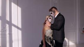 Ανατριχιαστικό ζεύγος με τρομακτικές αποκριές makeup στα εκλεκτής ποιότητας κοστούμια σε ένα στούντιο απόθεμα βίντεο