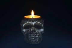 Ανατριχιαστικό κερί κρανίων στο μαύρο υπόβαθρο - μέτωπο Στοκ φωτογραφία με δικαίωμα ελεύθερης χρήσης
