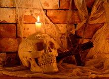 Ανατριχιαστικό κρανίο με το σταυρό Στοκ φωτογραφία με δικαίωμα ελεύθερης χρήσης