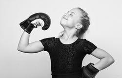 Ανατροφή για την ηγεσία και το νικητή Φεμινιστικό κίνημα Ισχυρός ανταγωνισμός εγκιβωτισμού νικητών παιδιών υπερήφανος Παιδί κοριτ στοκ εικόνα με δικαίωμα ελεύθερης χρήσης