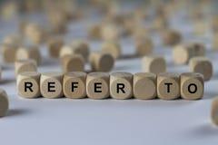 Αναφερθείτε - κύβος με τις επιστολές, σημάδι με τους ξύλινους κύβους Στοκ Φωτογραφίες