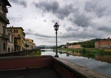Αναχώματα του ποταμού Arno παλαιά πόλη της Φλωρεντίας Ιταλία στοκ φωτογραφία με δικαίωμα ελεύθερης χρήσης