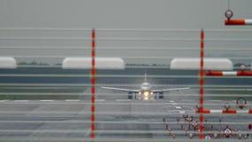 Αναχώρηση αεροπλάνων στη βροχή απόθεμα βίντεο