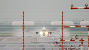 Αναχώρηση αεροπλάνων στο βροχερό καιρό απόθεμα βίντεο