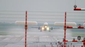 Αναχώρηση αεροπλάνων στο βροχερό καιρό φιλμ μικρού μήκους