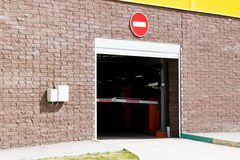 Αναχώρηση από τον υπόγειο χώρο στάθμευσης Πύλη για την έξοδο Το εμπόδιο είναι κλειστό Στοκ εικόνα με δικαίωμα ελεύθερης χρήσης