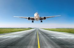 Αναχώρηση πετάγματος αεροσκαφών αεροπλάνων μετά από την πτήση, που προσγειώνεται σε έναν διάδρομο στην καλή ημέρα καιρικού σαφή ο Στοκ φωτογραφία με δικαίωμα ελεύθερης χρήσης