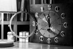 Αναχώρηση του χρόνου Ρολόι παλαιών χεριών Ξύλινος μηχανισμός στοκ φωτογραφία