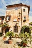 Αναλαμπή του μεσαιωνικού χωριού Ostia Antica στο della Rocca πλατειών - Ostia Antica, Ρώμη Στοκ φωτογραφίες με δικαίωμα ελεύθερης χρήσης