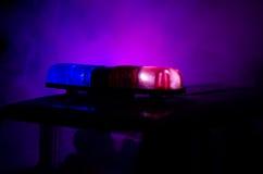 Αναλαμπτήρας κόκκινου φωτός επάνω ενός περιπολικού της Αστυνομίας Φω'τα πόλεων στο υπόβαθρο Κυβερνητική έννοια αστυνομίας στοκ φωτογραφία με δικαίωμα ελεύθερης χρήσης