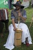 Αναδεύοντας το βούτυρο παραδοσιακά Στοκ Εικόνες