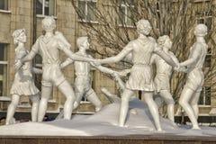 Αναδημιουργημένος χορός των παιδιών πηγών που εγκαθίσταται στο τετράγωνο μπροστά από το σταθμό τρένου. Στοκ Εικόνες