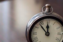 Αναλογικό ξύλινο ρολόι Στοκ εικόνες με δικαίωμα ελεύθερης χρήσης