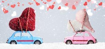 Αναδρομικά αυτοκίνητα παιχνιδιών με τις καρδιές βαλεντίνων Στοκ Εικόνες
