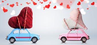 Αναδρομικά αυτοκίνητα παιχνιδιών με τις καρδιές βαλεντίνων Στοκ Φωτογραφίες
