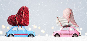 Αναδρομικά αυτοκίνητα παιχνιδιών με τις καρδιές βαλεντίνων Στοκ Εικόνα