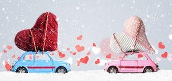 Αναδρομικά αυτοκίνητα παιχνιδιών με τις καρδιές βαλεντίνων Στοκ φωτογραφίες με δικαίωμα ελεύθερης χρήσης