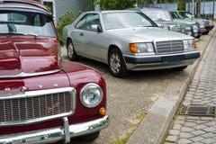Αναδρομικά αυτοκίνητα που στέκονται σε μια σειρά Στοκ φωτογραφία με δικαίωμα ελεύθερης χρήσης