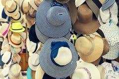 Αναδρομικά θερινά καπέλα για την πώληση Στοκ φωτογραφία με δικαίωμα ελεύθερης χρήσης