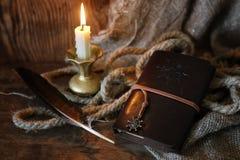 Αναδρομικά κερί και φτερό βιβλίων Στοκ Φωτογραφίες
