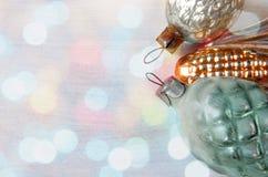 Αναδρομικά παιχνίδια Χριστουγέννων γυαλιού στα φω'τα Χριστουγέννων Στοκ Εικόνα