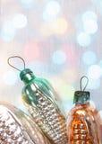 Αναδρομικά παιχνίδια Χριστουγέννων γυαλιού στα φω'τα Χριστουγέννων Στοκ Εικόνες