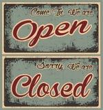 Αναδρομικά παλαιά ανοικτά και κλειστά εμβλήματα σε Grunge Στοκ φωτογραφία με δικαίωμα ελεύθερης χρήσης