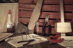 Αναδρομικά τυποποιημένα παλαιά εργαλεία στον ξύλινο πίνακα joinery Στοκ Εικόνες