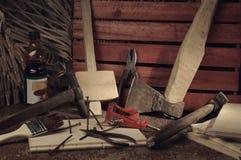 Αναδρομικά τυποποιημένα παλαιά εργαλεία στον ξύλινο πίνακα joinery Στοκ Φωτογραφίες