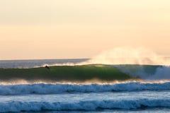 Αναδρομικά φωτισμένη ομορφιά με Surfer Στοκ Εικόνες