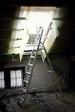 Αναδρομικά φωτισμένη σκάλα στη σοφίτα στοκ φωτογραφία